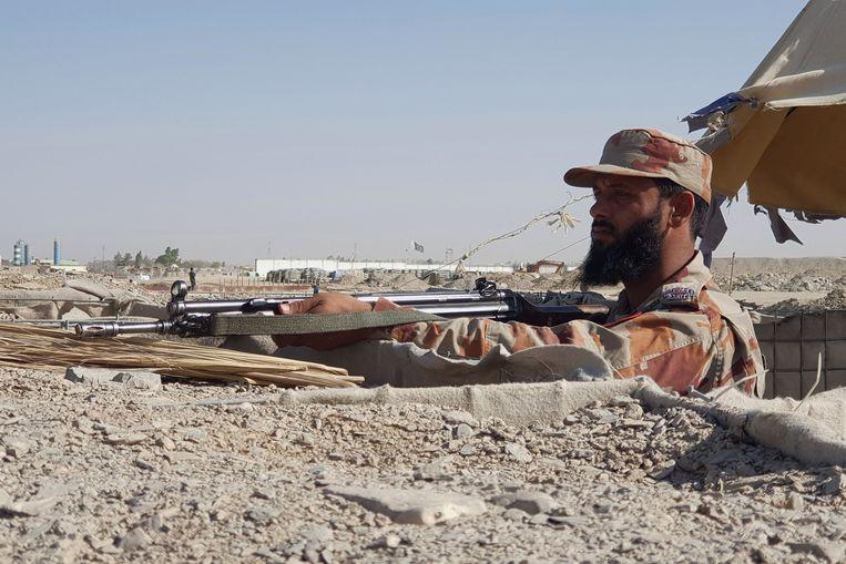Een Pakistaanse soldaat houdt de wacht aan de Pakistaans-Afghaanse grens. Beeld AFP