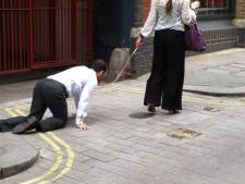 Un homme attaché comme un chien sème la confusion à Londres