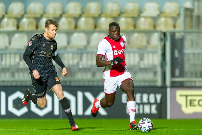 Jeroen Veldmate namens Go Ahead Eagles in de achtervolging op Brian Bobbey van Jong Ajax