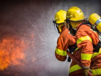 Woning brandt volledig uit: bewoner afgevoerd naar Stuivenbergziekenhuis