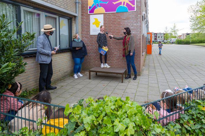 Overhandiging schoolboek 100 jaar Veldhoven aan Anne Roubroeks (op het podium), links met hoed Jacq Bijnen.
