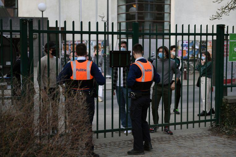 De politie sluit de ingangen naar het stadspark in Leuven af. Beeld Vertommen