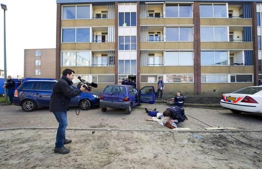 Studenten van de Politieacademie nemen deel aan een oefening in een leegstaand woonblok in Leidschendam.