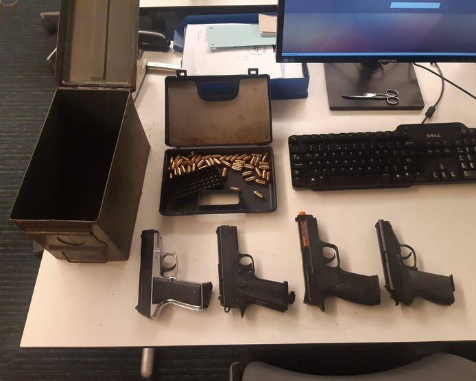 De gevonden wapens met munitie in Nunspeet.