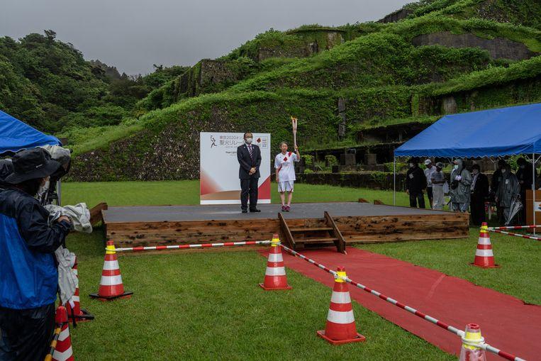 De olympische fakkel, waarmee het openingsvuur van de Spelen zal worden aangestoken, bereikte gisteren de plaats Sado in Japan. Beeld Getty Images