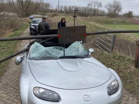 Storm blaast slagboom op naderende auto: bestuurster ontsnapt aan de dood