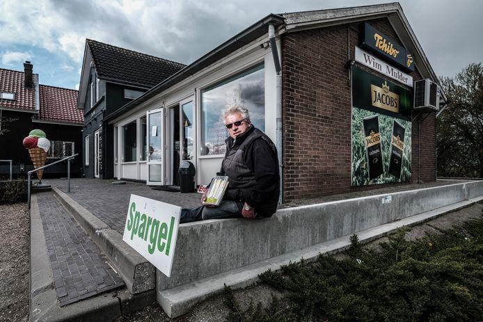 De Duitse Winfried Derksen verkoopt zijn asperges in de Lobithse grenswinkel De Hut.