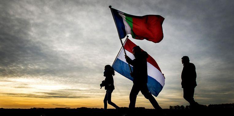 Molukkers lopen richting het Drentse De Punt voor de herdenking van de zes Molukse treinkapers die in 1977 de dood vonden. Beeld anp