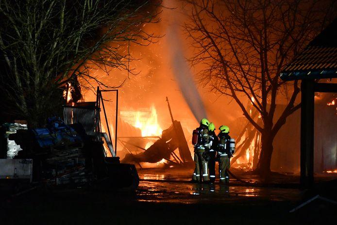 Een uitslaande brand heeft een schuur in Waarde volledig in de as gelegd.