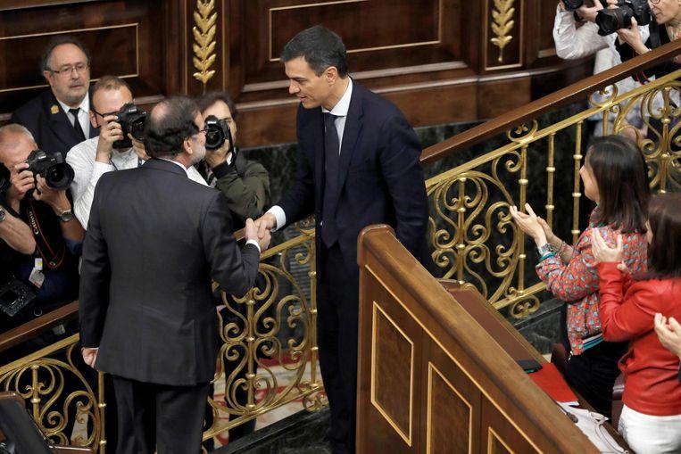 Rajoy feliciteerde na de stemming de nieuwe premier, Pedro Sánchez. Beeld AFP