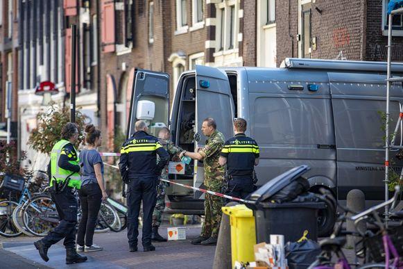 De politie heeft in Amsterdam de omgeving van de Spuistraat afgezet. Daar is rond 07.30 uur ter hoogte van een parkeergarage een handgranaat gevonden.