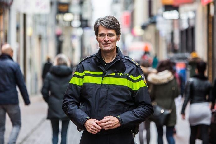 Korpschef Erik Akerboom koopt op maat gemaakte gehoorbescherming voor alle agenten die moeten werken tijdens de jaarwisseling.