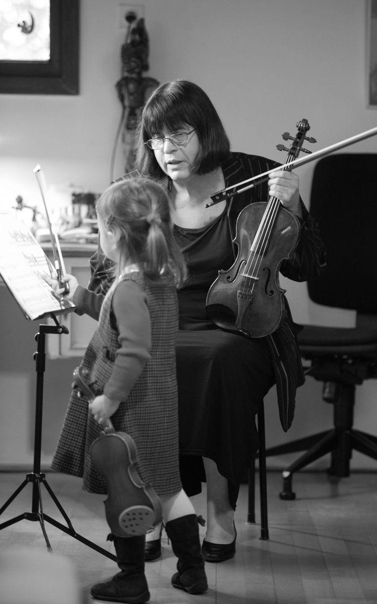 Vioolpedagoge Coosje Wijzenbeek geeft les aan een jonge violiste. Beeld Peter Elenbaas