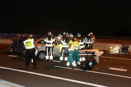 Eén van de slachtoffers is uit de auto gehaald en ter plekke overleden.
