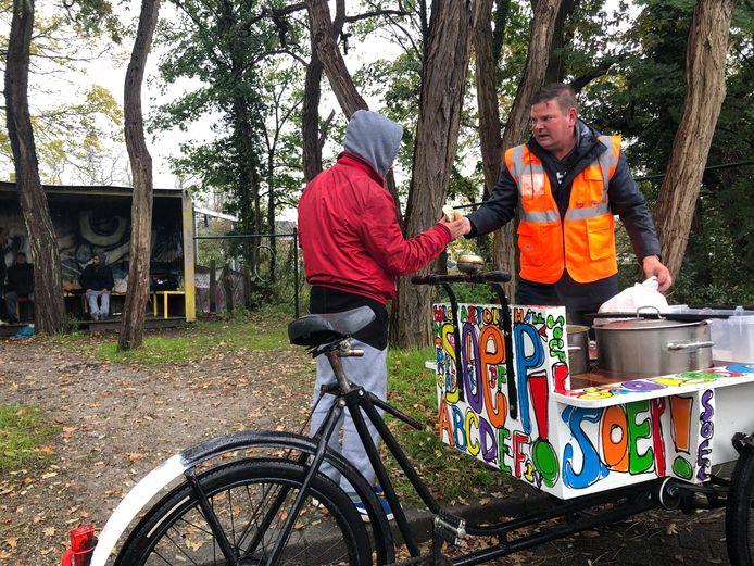 Wim Ligtenberg deelt soep uit aan daklozen.