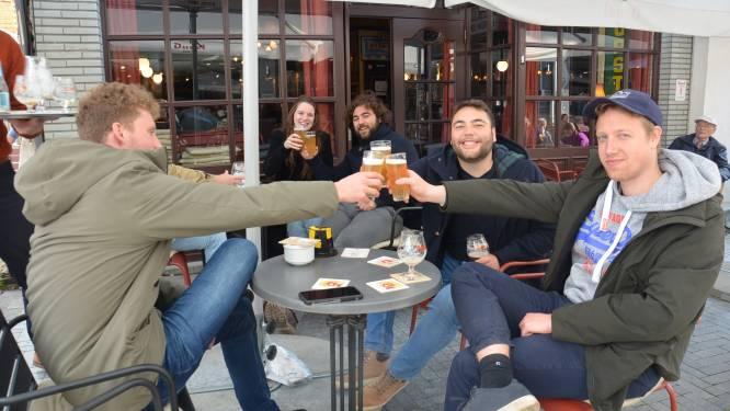 """Terrasjes in Langemuntstraat lopen al snel vol: """"Werd hoog tijd dat we terug op café konden"""""""