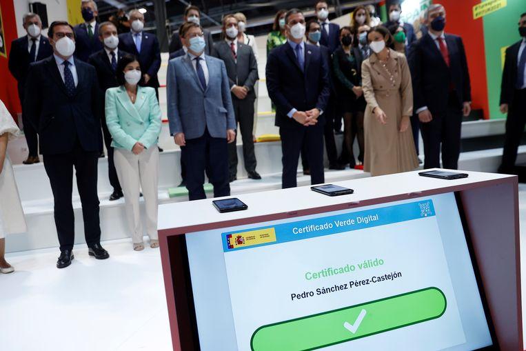 De negatieve PCR-testuitslag van de Spaanse minister Pedro Sánchez slaat groen uit. Beeld EPA