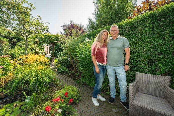 Marco en Esther Grimberg in de tuin van hun huis in Culemborg. Het huis werd binnen een week verkocht.