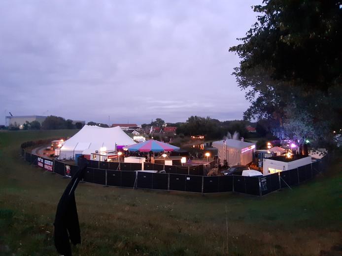 Het festivalterrein aan de dijk is overzichtelijk.