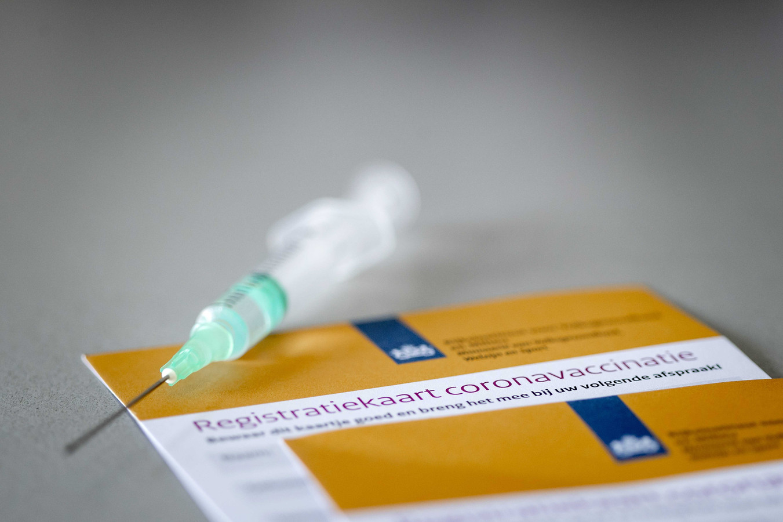 Een registratiekaart voor de coronavaccinatie. Het certificaat wordt verstrekt aan mensen die volledig zijn gevaccineerd tegen het coronavirus.