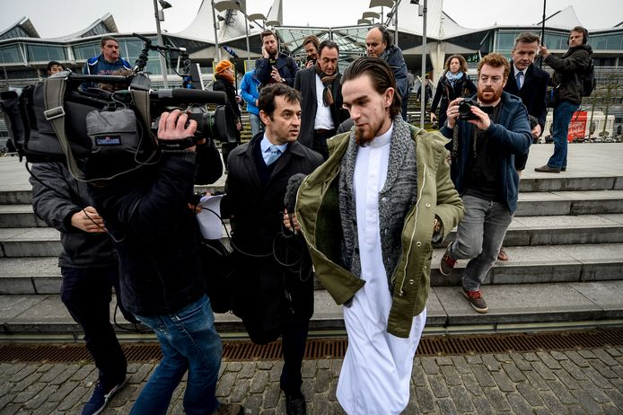 Michael 'Younes' Delefortrie verlaat het Antwerpse justitiepaleis na een zitting in het Shariah4Belgium-proces. Foto uit 2015.
