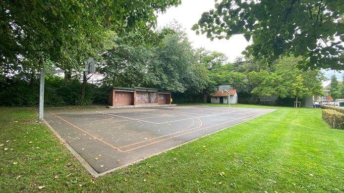 Op de ondergrond van het basketplein wordt een kunstwerk aangebracht.