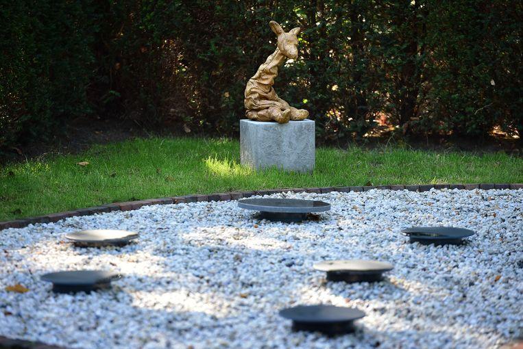 Het girafje High waakt in de urnentuin voor levenloos geboren kindjes in Nieuwkuijk.  Beeld Marcel van den Bergh / de Volkskrant