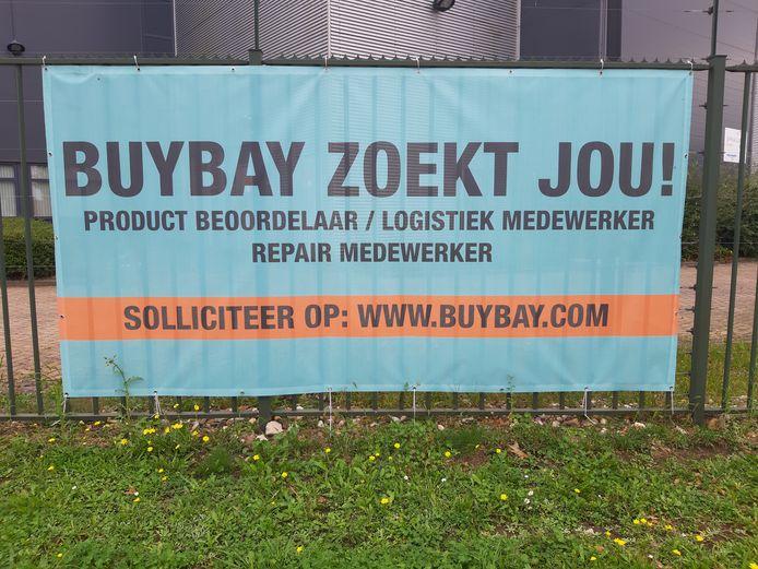 Een spandoek van bedrijf op Bijsterhuizen dat personeel zoekt.