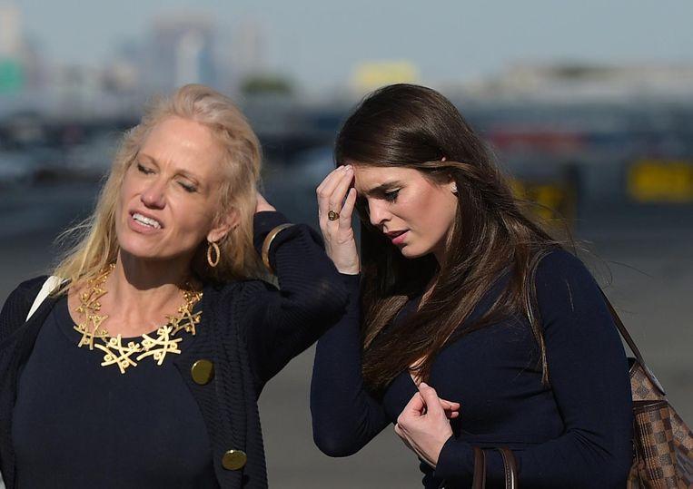 Trumps adviseur Kellyanne Conway en Hope Hicks in juni op de luchthaven Newark. Hicks werd na Trumps inauguratie directeur Strategische Communicatie in het Witte Huis. Beeld AFP