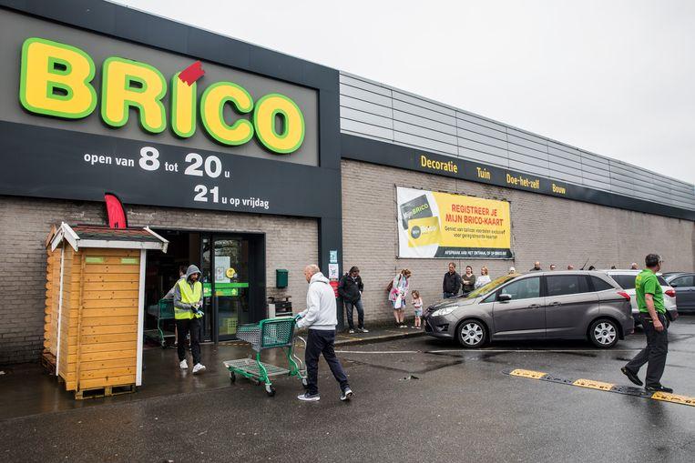 'Mensen zijn het ondertussen gewend om aan te schuiven voor een winkel', zegt Christian Van Sant van Brico. Beeld Aurélie Geurts