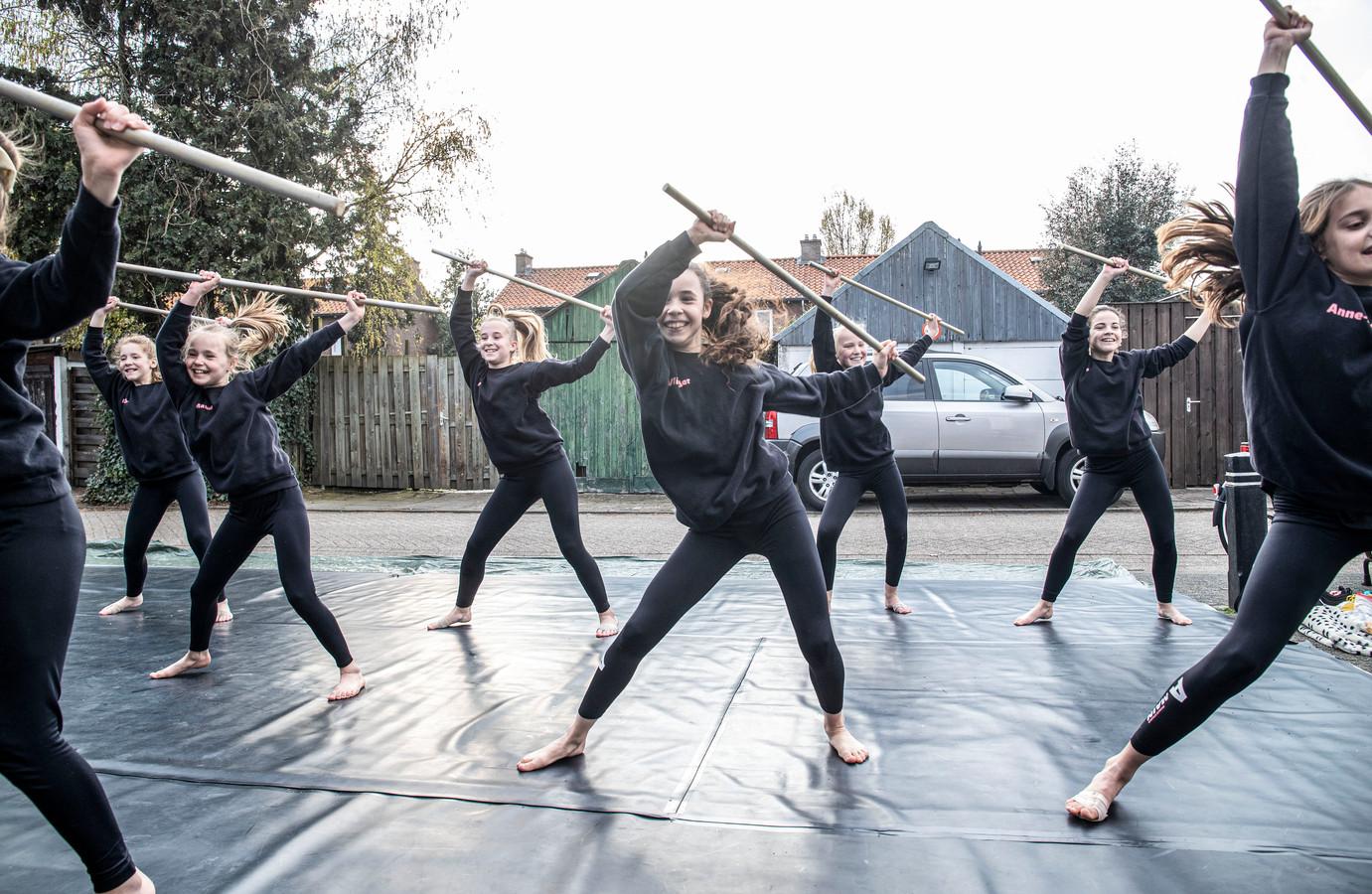 Bij Dance Studio Amain aan de Hovystraat oefenen ze vanwege de coronamaatregelen buiten.