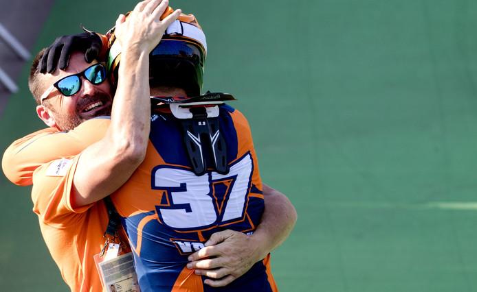 Bas de Bever knuffeltJelle van Gorkom nadat hij de zilveren medaille heeft gewonnen tijdens de Olympische Spelen van Rio.