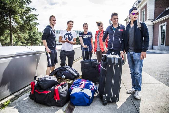 Jongeren klaar voor vertrek in Apeldoorn, op naar de zon. Foto Rob Voss