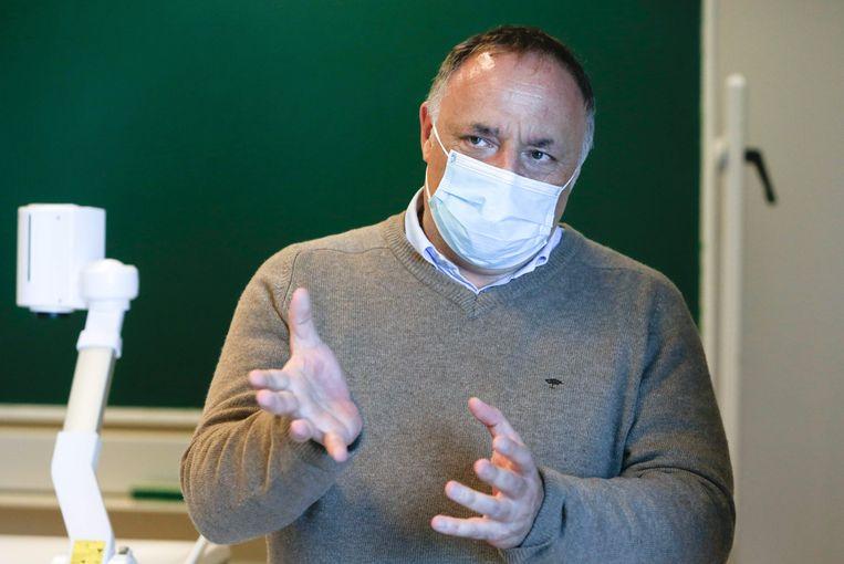 Viroloog Marc Van Ranst: 'Het beste wat de mensen nu kunnen doen, is in hun kot blijven.' Beeld AFP