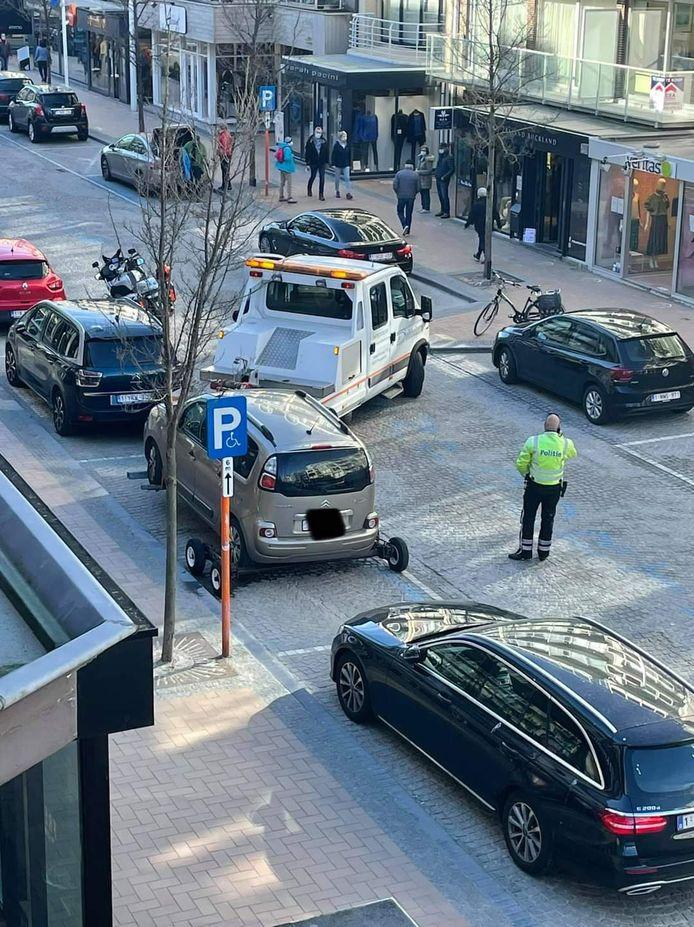 De politie Westkust betrapte opnieuw een voertuig dat onterecht geparkeerd stond op een mindervalidenplaats. De Citroën Picasso werd prompt getakeld.