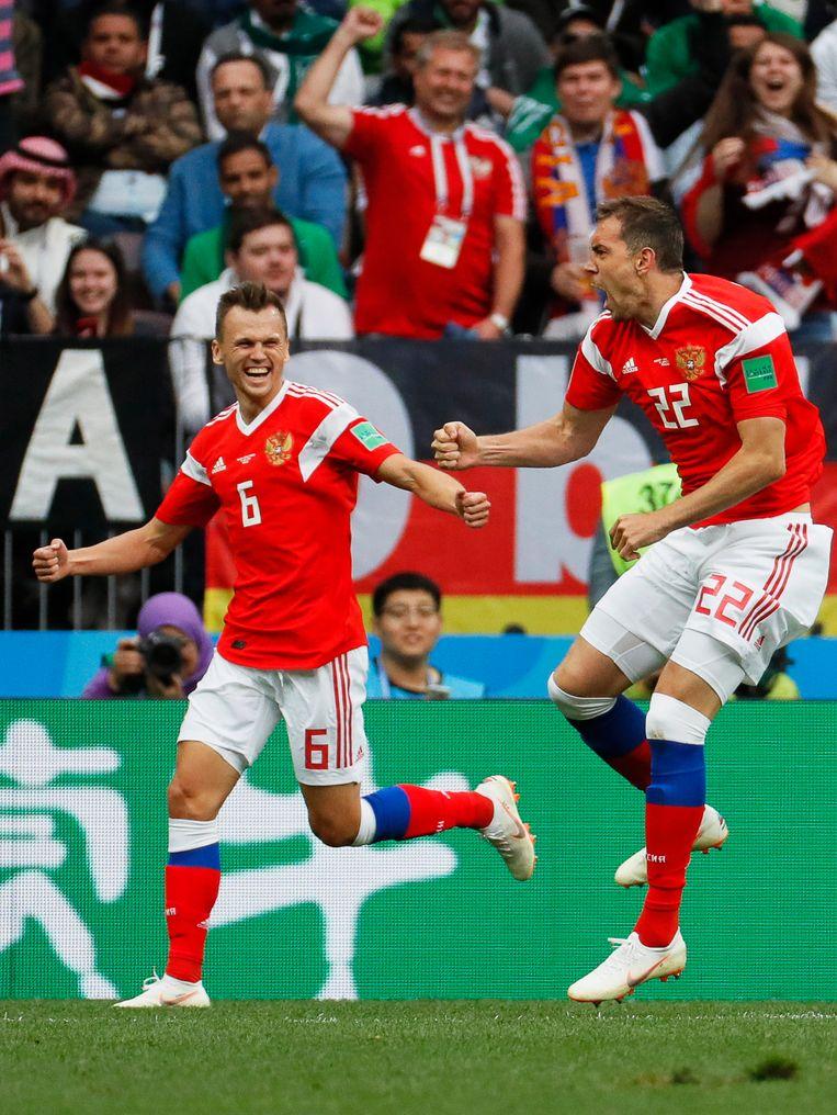 Artem Dzyuba (r.) viert met ploegmaat Denis Cheryshev de 3-0. De thuisploeg voetbalt bij vlagen uitstekend. Beeld EPA