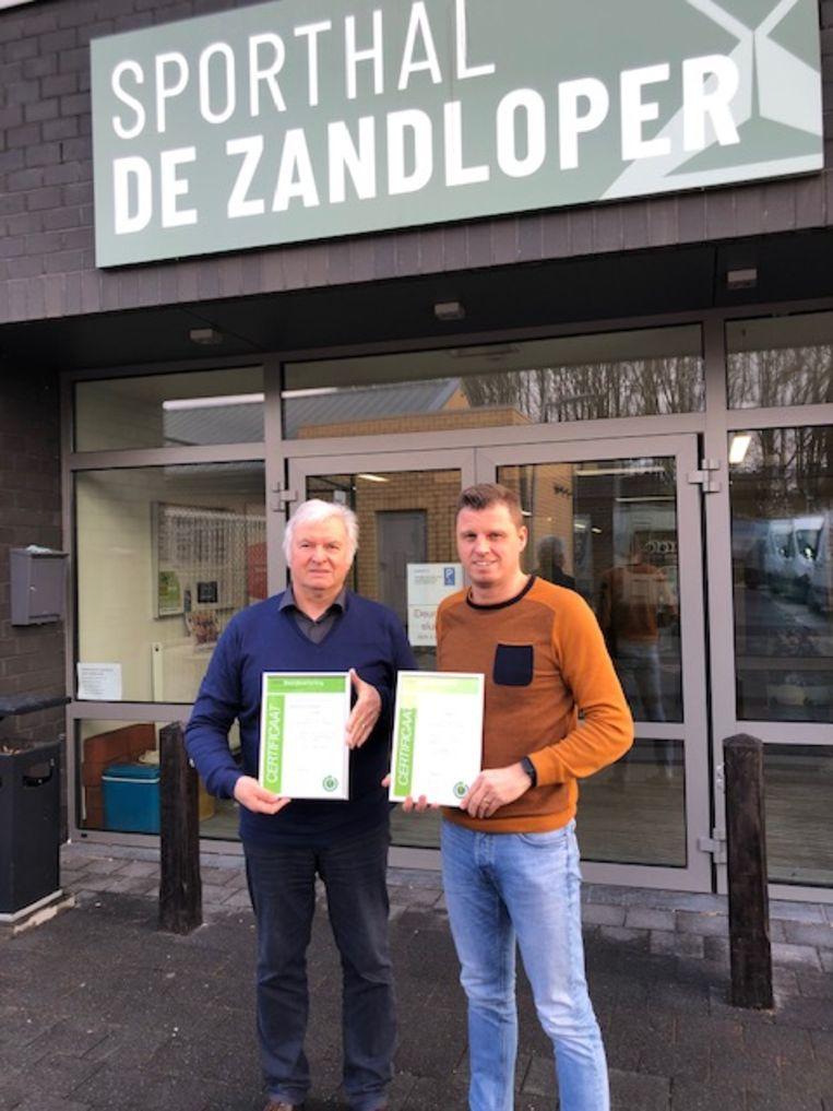 Schooldirecteur David Barbé en schepen van sport Antoine Van de Maele ontvingen certificaten betreffende de beoogde energiewinst. (foto genomen voor de coronacrisis)