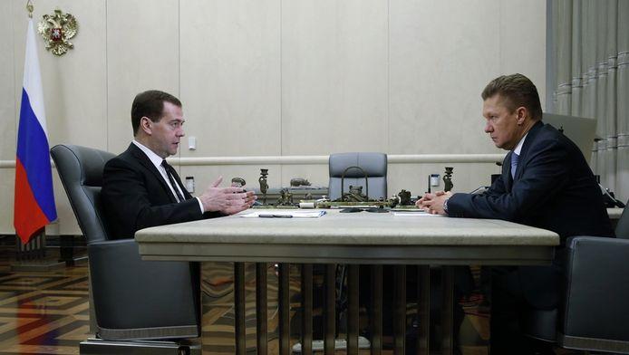 De Russische premier Medvedev (links) ontmoet Gazprom-baas Miller (rechts).