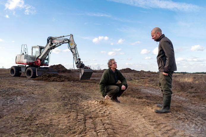 Verborgen stuifzand op de Regte Heide. Wim de Jong (links) en Jeroen van Oosterhout van Brabants Landschap inspecteren het afschrapen van een duinkop.