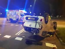 Personenauto over de kop bij botsing Westlandseweg in Vlaardingen