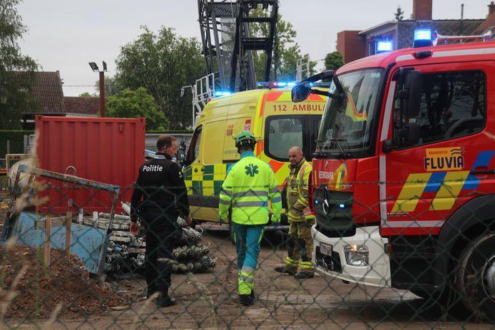 De arbeider kwam onder een betonnen gewelf terecht en stierf ter plaatse, op de werf langs de Graaf Karel de Goedelaan in Kortrijk.