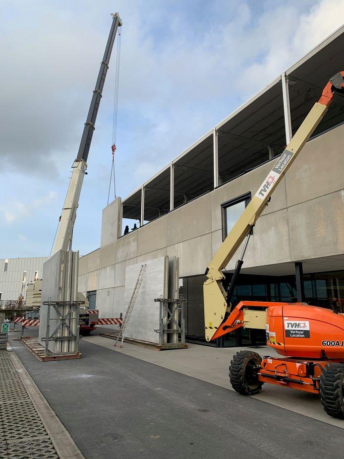 Bovenop het hoofdkantoor van Alertis wordt een nieuwe verdieping gerealiseerd.