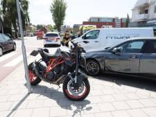Motorrijder botst hard op twee auto's in Ommen: bestuurder naar het ziekenhuis