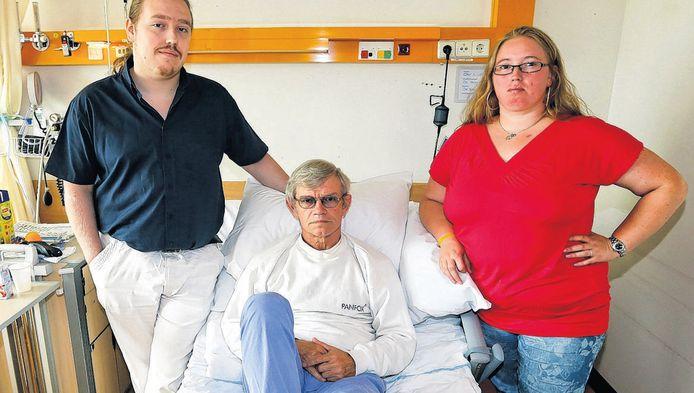 Hans Wulffelé ligt in UMC na de grove mishandeling door een scooterrijder. Zoon Yannick (l) en dochter Tamara (r) willen alles op alles zetten om de dader te vinden. 'Deze man moet echt gepakt worden.'