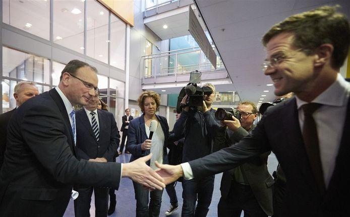 Een hand van de premier voor Ton Heerts.