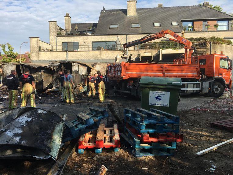 De achterbouw, die opging in de vlammen, werd afgebroken om zeker te zijn dat alle vuurhaarden geblust waren.