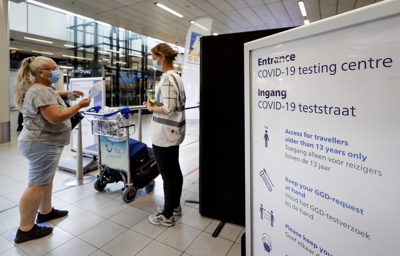 Op de Nederlandse luchthaven Schiphol bestaat al een coronateststraat waar reizigers zich op corona kunnen laten testen.