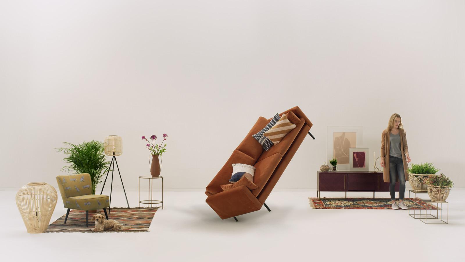 Still uit een Wehkamp-reclame waarin meubels door de woonkamer zweven. Het bedrijf wil innovatie en vernieuwing uitstralen en 'de online shopbeleving continu verbeteren'.