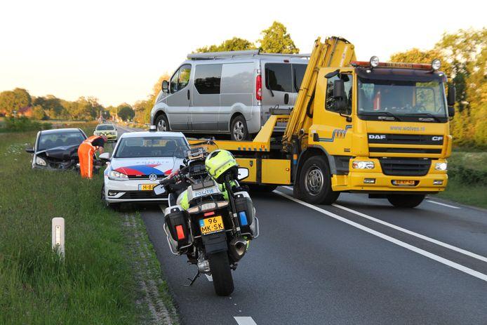 Op de N35 heeft maandagavond een ongeluk plaats gevonden tussen een bedrijfsbus en een personenauto. Door het ongeluk is de N35 tussen Nijverdal en Wierden afgesloten.