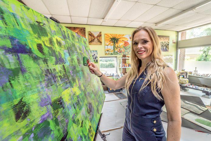 Kunstenares Elise Eekhout bij en in haar atelier in Waddinxveen.